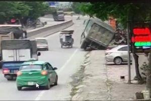 Xe ben sụt xuống cống, suýt đổ ập gây họa cho người dân