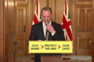 Chính trị gia Anh liếm ngón tay khi thông báo về dịch Covid-19