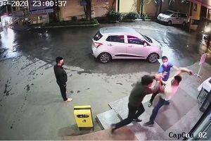 Bị nhắc đeo khẩu trang, nam thanh niên lăng mạ và lao vào đánh nhân viên bệnh viện
