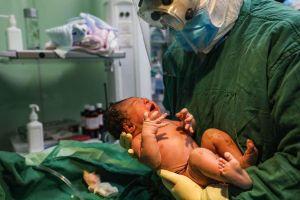 Sản phụ nhiễm virus vì chồng giấu bệnh để đưa vợ vào phòng hộ sinh