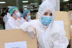 Thành Lê, Vy Oanh tặng hiện vật phòng chống Covid-19