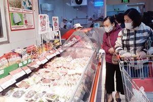 Ngày đầu doanh nghiệp cam kết hạ giá thịt lợn: Giá thịt vẫn neo ở mức cao