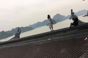Cặp đôi bất chấp, trèo lên nóc ngôi chùa để 'sống ảo'