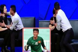 Tranh cãi về hành động cựu thủ môn cưỡng hôn Quang Trung trên sóng truyền hình