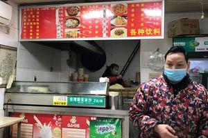 Chủ tiệm mì ở Vũ Hán hạnh phúc khi cửa hàng mở cửa lại sau 2 tháng