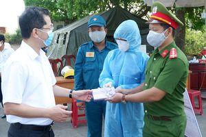 Phó Bí thư Thường trực Thành ủy Nguyễn Văn Quảng kiểm tra chốt chặn Covid-19