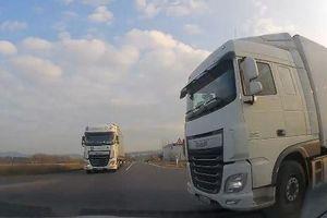 Lao nhanh qua giao lộ, ô tô va chạm kinh hoàng với 2 xe tải