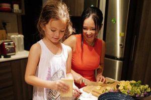 Khoe con gái xinh làm 'bếp trưởng' nhưng Hồng Nhung tiếc 'đứt ruột' vì quên mất một điều