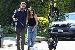 Ben Affleck và bạn gái kém 16 tuổi quấn quýt không rời khi đi dạo ở Mỹ