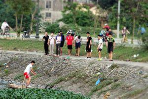 Cách ly toàn xã hội, người dân thành Vinh vẫn 'đổ' về hồ điều hòa dạo chơi