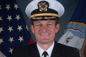 Thủy thủ Mỹ vỗ tay tiễn hạm trưởng bị cách chức vì bảo vệ thủy thủ trước dịch Covid-19