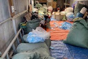 Hãi hùng thu gom khẩu trang đã sử dụng để tái chế mang đi tiêu thụ