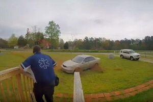 Ô tô mất lái thành pha drift ngoạn mục trước cửa nhà dân
