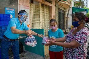 Người Sài Gòn 'sớt bát cơm' cho người nghèo mùa dịch