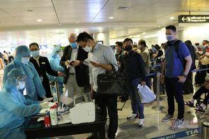 Lấy mẫu xét nghiệm Covid-19 hàng trăm khách tại sân bay Tân Sơn Nhất