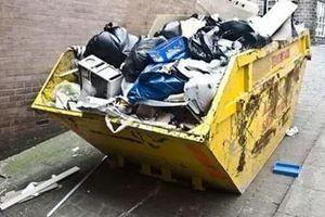 Thấy chiếc túi đen khác thường ở thùng rác, người đàn ông mở ra thì phát hiện thứ khó ngờ được cất giấu bên trong