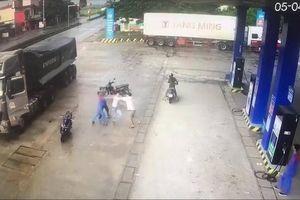 Tài xế xe đầu kéo phóng ngược chiều đường hung hăng đánh người
