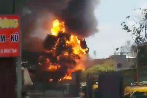 Cháy kho xưởng ở TP.HCM, nhiều người ôm đồ tháo chạy