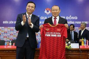 'Người ngoài' đòi giảm lương ông Park