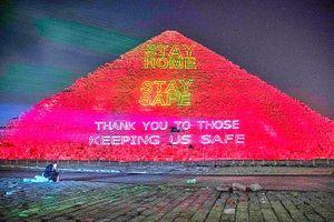 Kim tự tháp Ai Cập, tháp Eiffel rực sáng thông điệp chống dịch