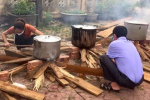 Nấu bánh chưng tặng cán bộ chống dịch và người cách ly