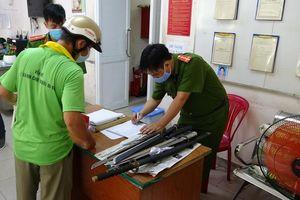 Dân Sài Gòn nộp vũ khí, vật liệu nổ... được tặng 10kg gạo