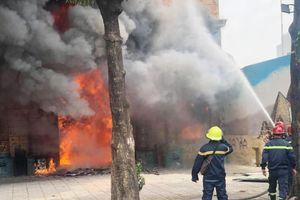 Quán karaoke ở TP.HCM bốc cháy, người dân ôm tài sản tháo chạy
