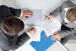 Tạm ngưng hợp đồng, doanh nghiệp có phải trả lương?