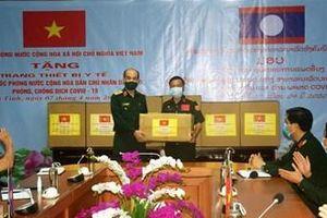 Trao thiết bị y tế tặng Bộ Quốc phòng nước Cộng hòa dân chủ Nhân dân Lào phòng, chống dịch Covid-19