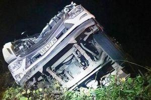 Xe tải chở rau rơi xuống vực, tài xế bị thương nặng