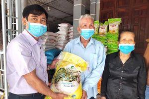 Vợ chồng giáo dân ủng hộ hơn 1 tấn gạo phòng dịch COVID-19