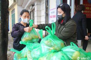 Hà Nội: Phường Trúc Bạch phát hàng trăm suất quà mỗi ngày cho người đặc biệt khó khăn