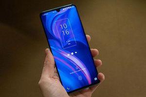 Trên tay smartphone màn hình cong, 4 camera sau, cấu hình tốt, pin 'khủng', giá 10,52 triệu
