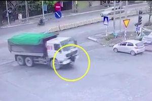 Xe tải bất ngờ cuốn cô gái đi bộ vào gầm, cán nát chân nạn nhân