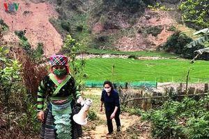 Phụ nữ vùng cao Yên Bái cầm loa vượt núi tuyên truyền chống Covid-19