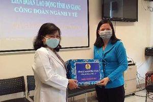 An Giang: Tặng quà cho đoàn viên tham gia phòng chống dịch bệnh