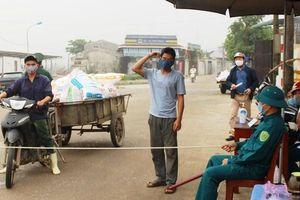 Căng dây thừng lập chốt kiểm soát người ra vào cảng cá ở Nghệ An