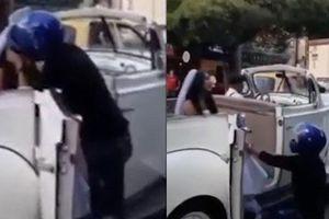 Thấy người yêu cũ đi lấy chồng, thanh niên đến chặn xe rồi quỳ giữa đường làm điều khó ngờ