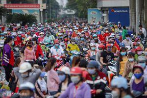 Hàng nghìn công nhân chen chân về nhà trong dịch COVID-19