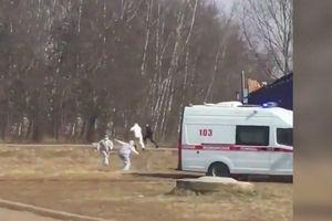 Nhân viên y tế Nga rượt bắt 'bở hơi tai' người nghi nhiễm Covid-19 bỏ chạy