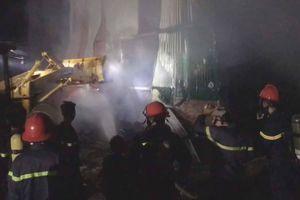 Cảnh sát cứu lô máy móc, hàng hóa tiền tỷ khỏi hỏa hoạn