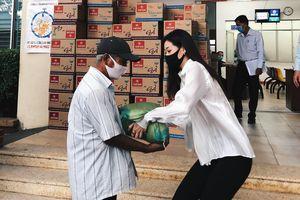Hoa hậu Khánh Vân cùng mẹ trao quà cho người dân khó khăn