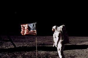 Các phi hành gia đã bỏ lại những món đồ nào trên Mặt Trăng?