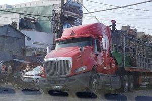 Tài xế xe máy đi ẩu may mắn thoát chết nhờ cú phanh gấp của ô tô tải