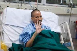 Bệnh nhân 19 mắc COVID-19 nặng phục hồi kỳ diệu, vẫy tay chào bác sĩ