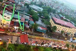 Hà Nội: Đường Yên Phụ tê liệt vì mái tôn lớn rơi xuống giữa đường