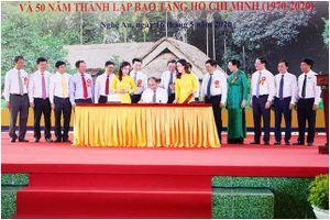 Thủ tướng Nguyễn Xuân Phúc ký phát hành đặc biệt bộ tem Kỷ niệm 130 năm ngày sinh Chủ tịch Hồ Chí Minh