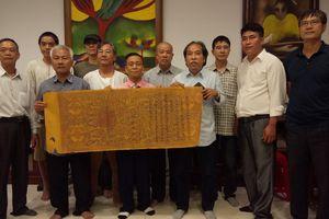 Nhóm Nhân sĩ Hà Đông trao tặng 15 đạo sắc phong bị thất lạc