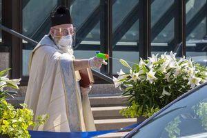 Linh mục tại Mỹ dùng súng phun nước thánh để giữ khoảng cách