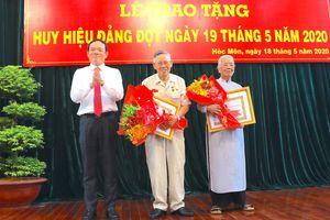 Phó Bí thư Thường trực Thành ủy TPHCM Trần Lưu Quang trao Huy hiệu Đảng cho đảng viên cao tuổi Đảng